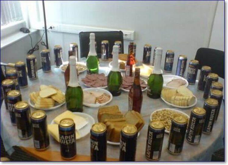 стол с банками пива закусками шампанским