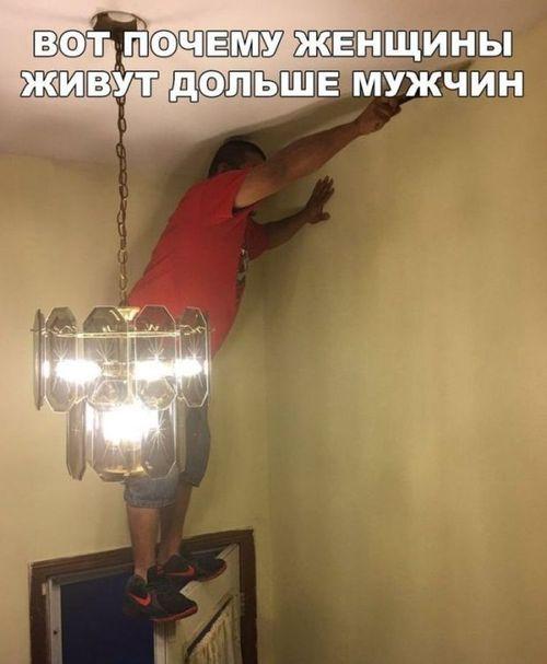 мужчина стоит на двери почему женщины живут дольше мужчин
