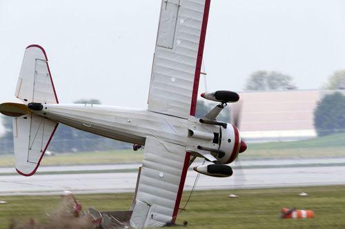 самолет врезается в землю