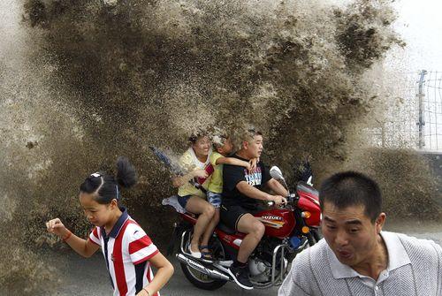 на мотоцикле в пыли