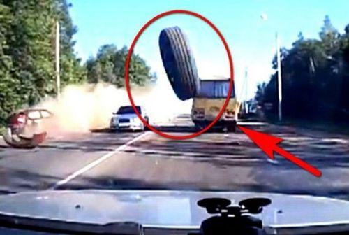 колесо отвалилось и летит в машину