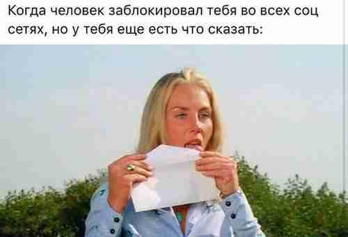 девушка заклеивает конверт