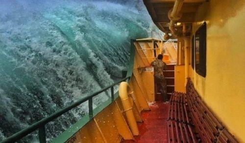 корабль гигантская волна