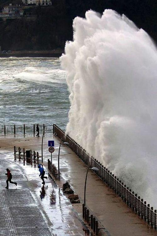 огромная волна люди убегают
