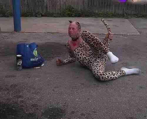 мужчина в костюме леопарда